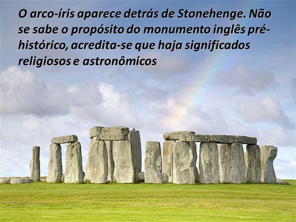 O arco-íris aparece detrás de Stonehenge