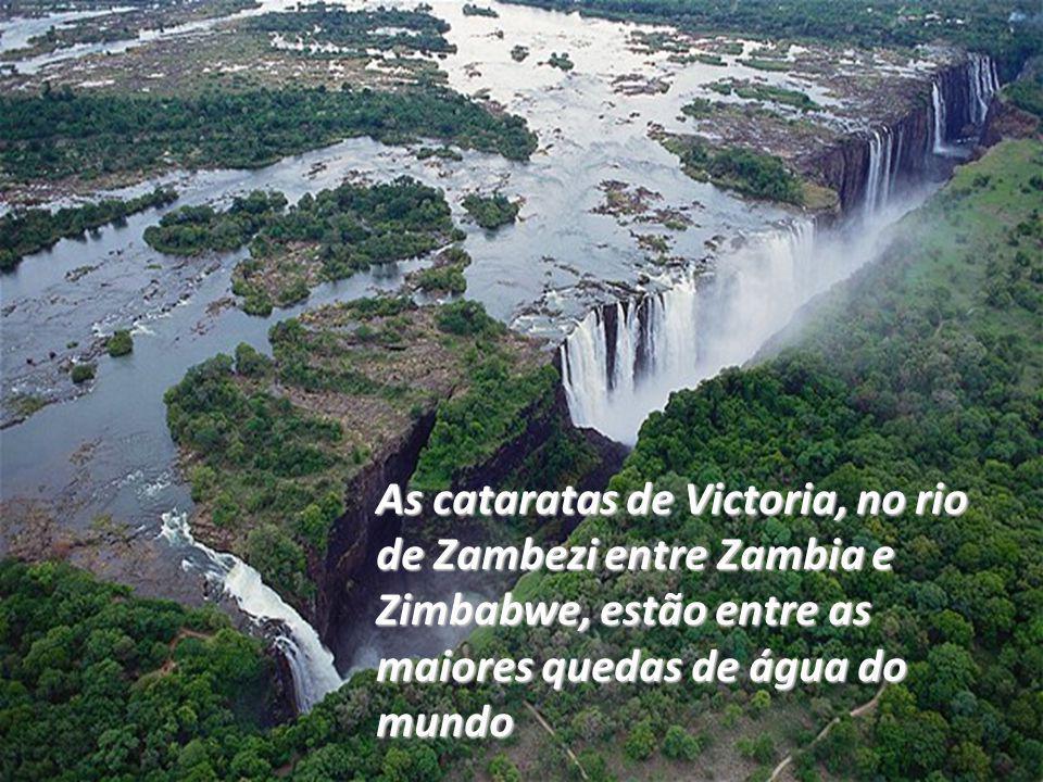 As cataratas de Victoria, no rio de Zambezi entre Zambia e Zimbabwe, estão entre as maiores quedas de água do mundo