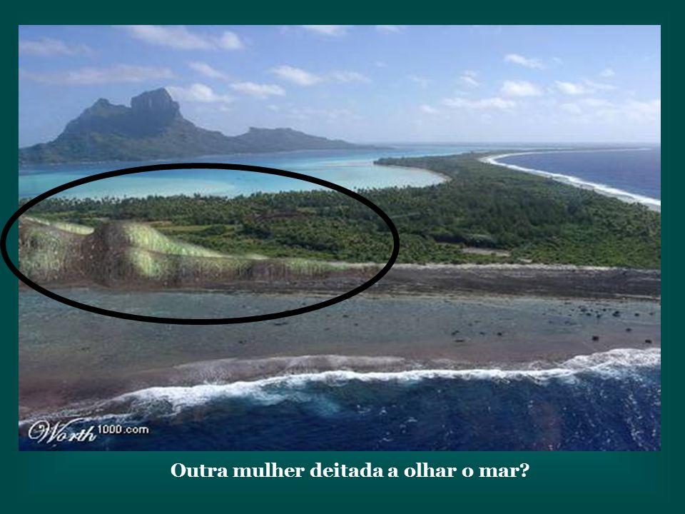 Outra mulher deitada a olhar o mar