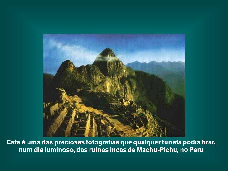 Esta é uma das preciosas fotografias que qualquer turista podia tirar, num dia luminoso, das ruínas incas de Machu-Pichu, no Peru