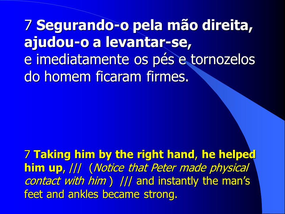 7 Segurando-o pela mão direita, ajudou-o a levantar-se,