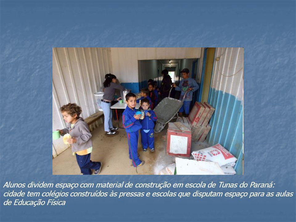 Alunos dividem espaço com material de construção em escola de Tunas do Paraná: cidade tem colégios construídos às pressas e escolas que disputam espaço para as aulas de Educação Física