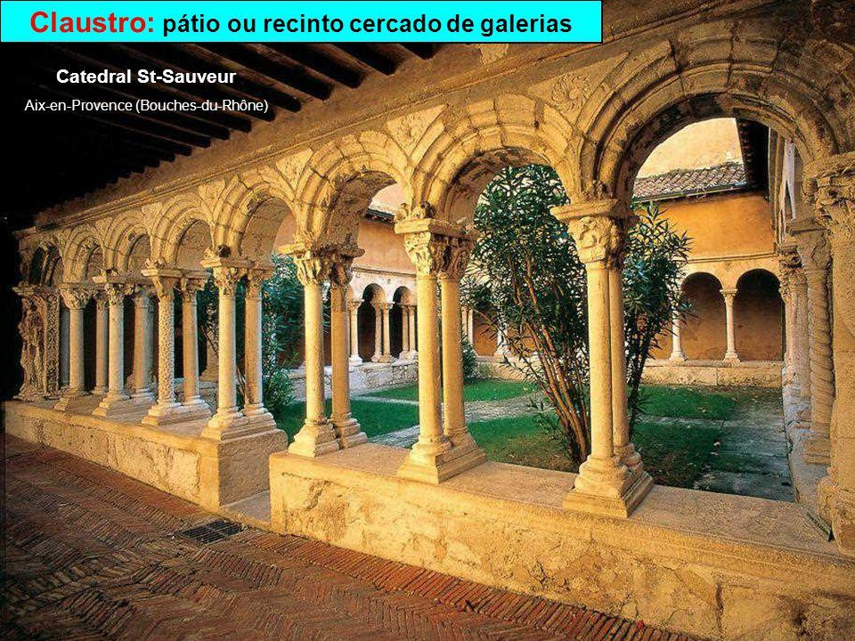 Claustro: pátio ou recinto cercado de galerias
