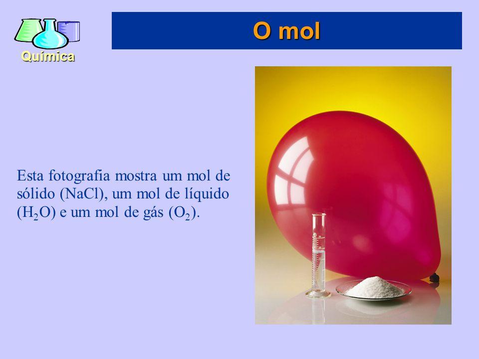 O mol Esta fotografia mostra um mol de sólido (NaCl), um mol de líquido (H2O) e um mol de gás (O2).