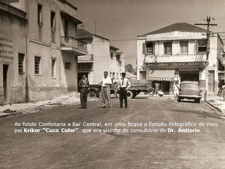 Ao fundo Confeitaria e Bar Central, em cima ficava o Estúdio Fotográfico do meu pai Krikor Cuco Color que era visinho do consultório do Dr.