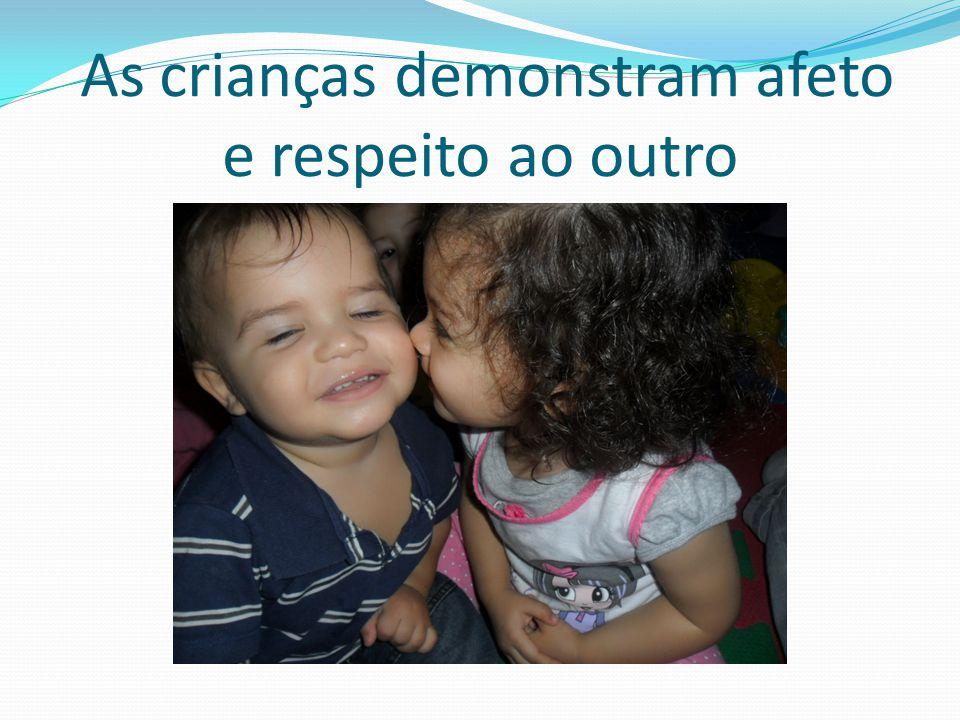 As crianças demonstram afeto e respeito ao outro