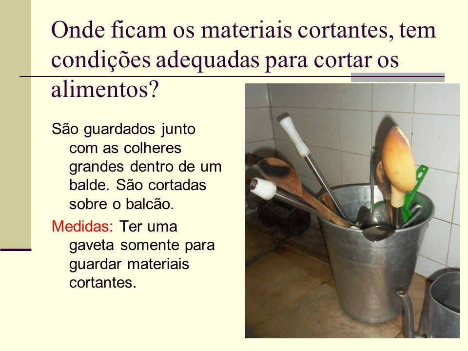 Onde ficam os materiais cortantes, tem condições adequadas para cortar os alimentos