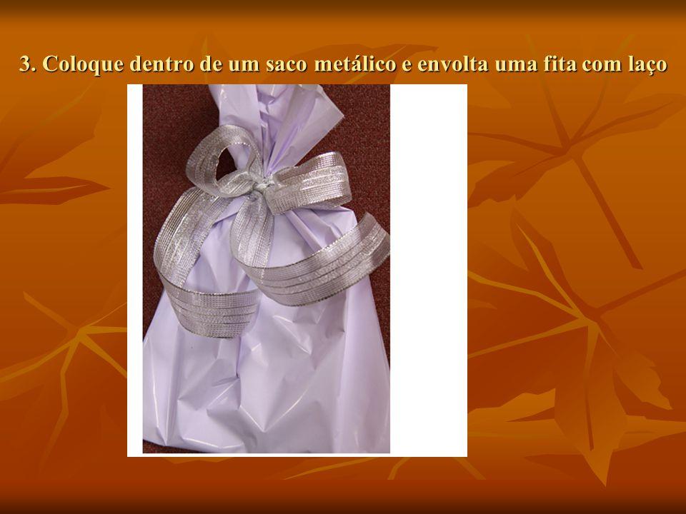 3. Coloque dentro de um saco metálico e envolta uma fita com laço