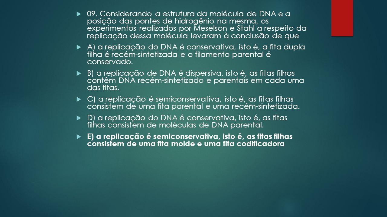 09. Considerando a estrutura da molécula de DNA e a posição das pontes de hidrogênio na mesma, os experimentos realizados por Meselson e Stahl a respeito da replicação dessa molécula levaram à conclusão de que