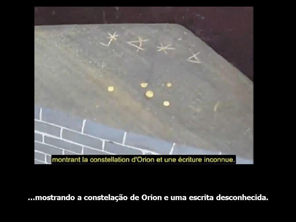…mostrando a constelação de Orion e uma escrita desconhecida.