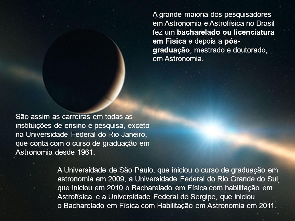 A grande maioria dos pesquisadores em Astronomia e Astrofísica no Brasil fez um bacharelado ou licenciatura em Física e depois a pós-graduação, mestrado e doutorado, em Astronomia.