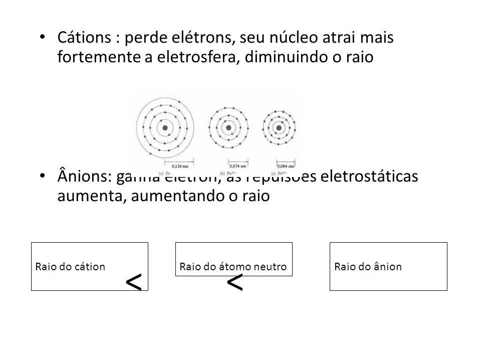 Cátions : perde elétrons, seu núcleo atrai mais fortemente a eletrosfera, diminuindo o raio