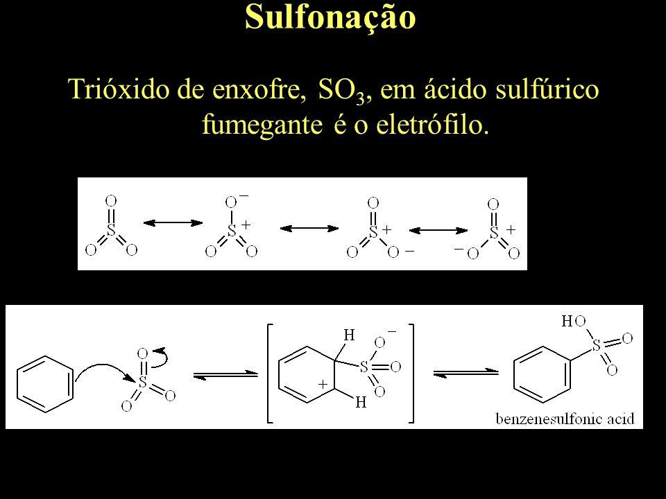 Trióxido de enxofre, SO3, em ácido sulfúrico fumegante é o eletrófilo.