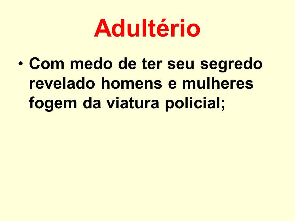 Adultério Com medo de ter seu segredo revelado homens e mulheres fogem da viatura policial;