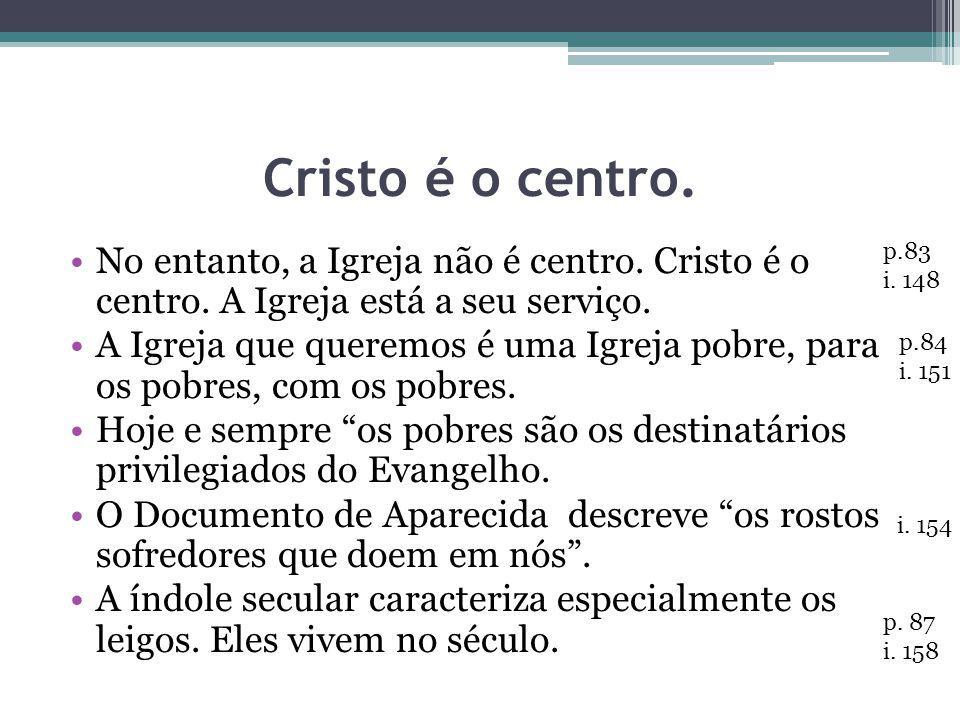 Cristo é o centro. No entanto, a Igreja não é centro. Cristo é o centro. A Igreja está a seu serviço.