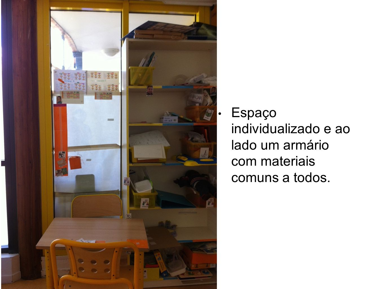 Espaço individualizado e ao lado um armário com materiais comuns a todos.
