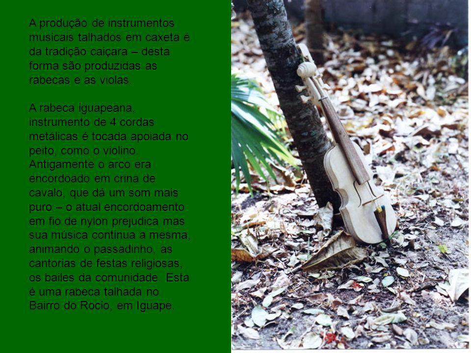 A produção de instrumentos musicais talhados em caxeta é da tradição caiçara – desta forma são produzidas as rabecas e as violas.