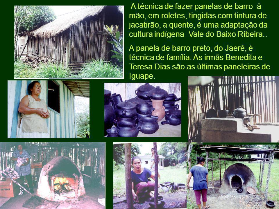 A técnica de fazer panelas de barro à mão, em roletes, tingidas com tintura de jacatirão, a quente, é uma adaptação da cultura indígena Vale do Baixo Ribeira..