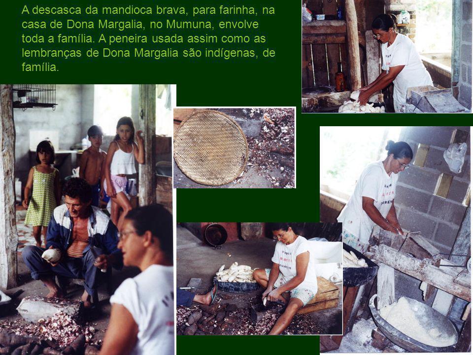 A descasca da mandioca brava, para farinha, na casa de Dona Margalia, no Mumuna, envolve toda a família.