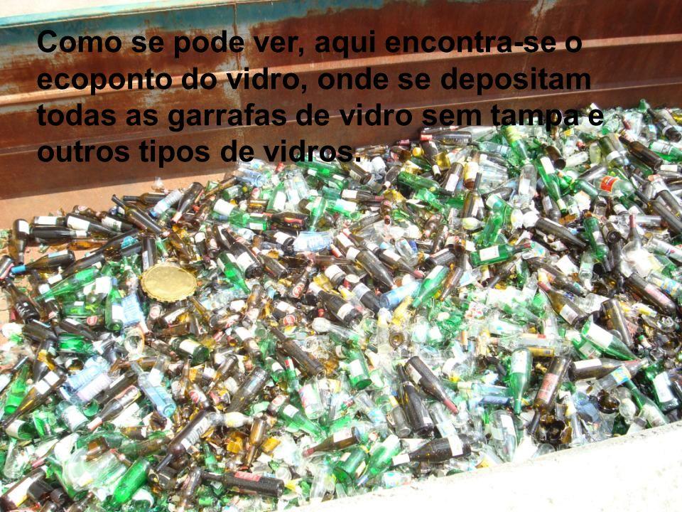 Como se pode ver, aqui encontra-se o ecoponto do vidro, onde se depositam todas as garrafas de vidro sem tampa e outros tipos de vidros.