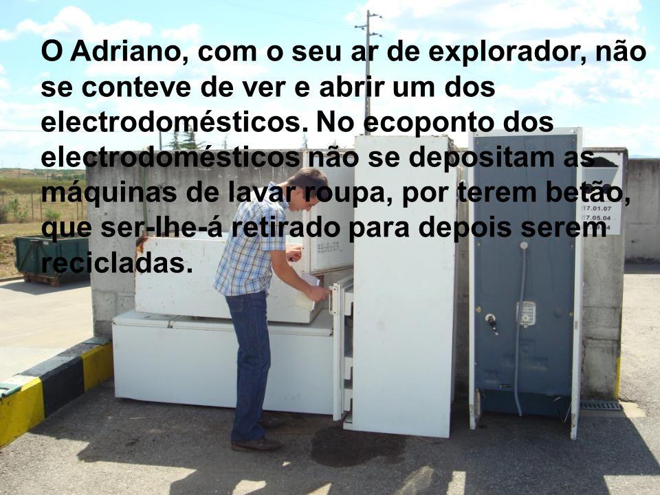 O Adriano, com o seu ar de explorador, não se conteve de ver e abrir um dos electrodomésticos.