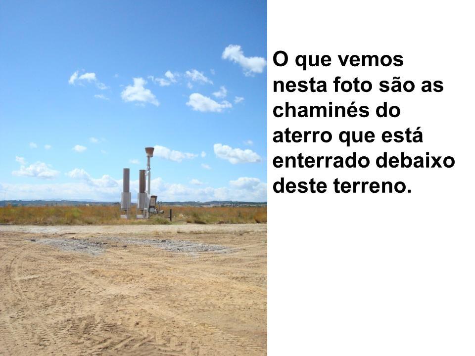 O que vemos nesta foto são as chaminés do aterro que está enterrado debaixo deste terreno.