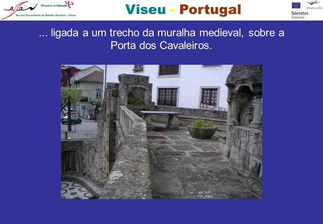 ... ligada a um trecho da muralha medieval, sobre a Porta dos Cavaleiros.