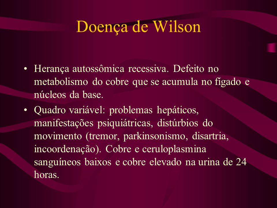 Doença de WilsonHerança autossômica recessiva. Defeito no metabolismo do cobre que se acumula no fígado e núcleos da base.