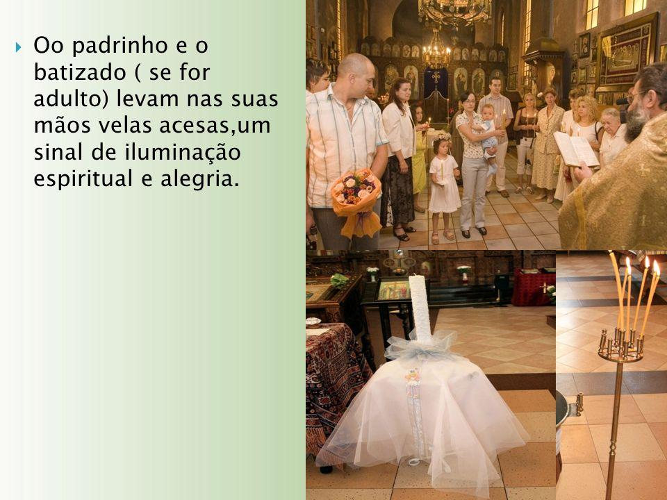 Oo padrinho e o batizado ( se for adulto) levam nas suas mãos velas acesas,um sinal de iluminação espiritual e alegria.