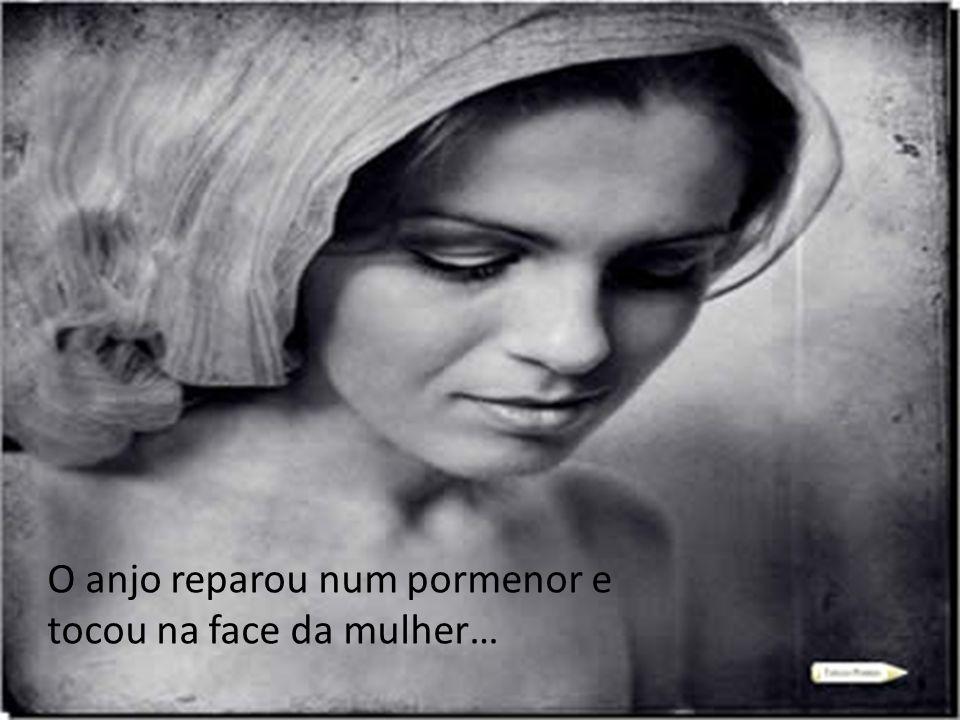 O anjo reparou num pormenor e tocou na face da mulher…
