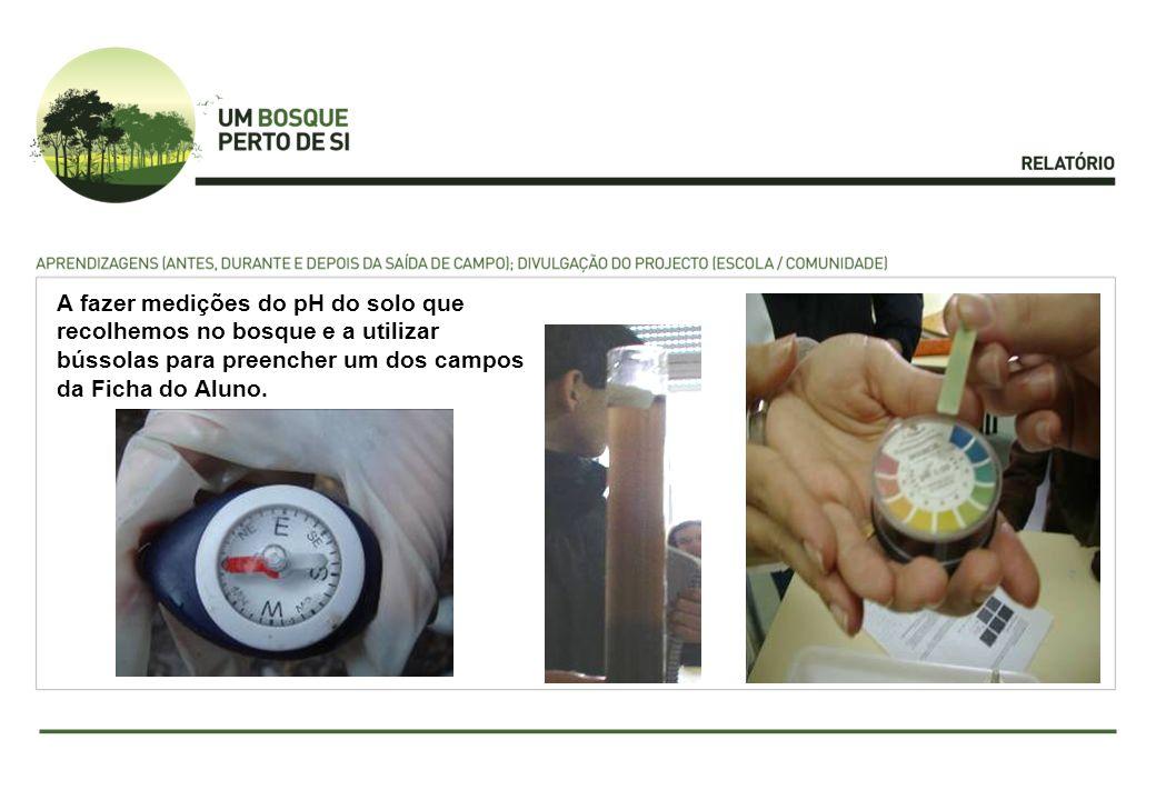 A fazer medições do pH do solo que recolhemos no bosque e a utilizar bússolas para preencher um dos campos da Ficha do Aluno.