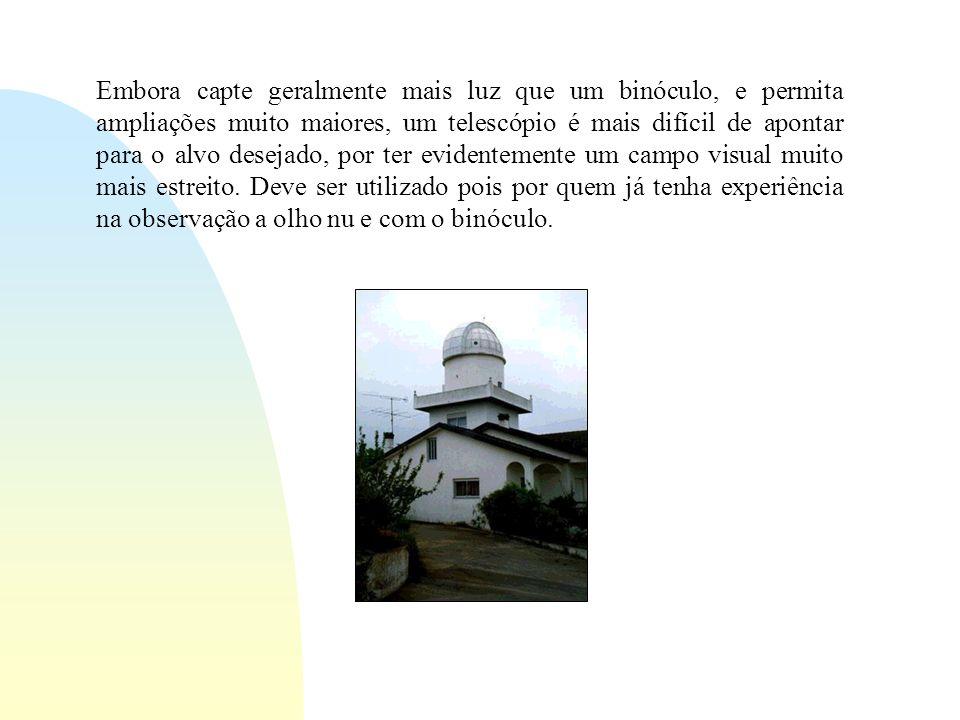 Embora capte geralmente mais luz que um binóculo, e permita ampliações muito maiores, um telescópio é mais difícil de apontar para o alvo desejado, por ter evidentemente um campo visual muito mais estreito.