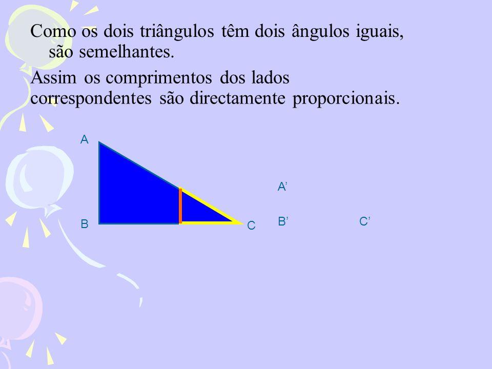 Como os dois triângulos têm dois ângulos iguais, são semelhantes.