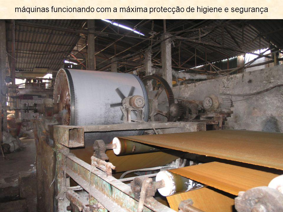 máquinas funcionando com a máxima protecção de higiene e segurança