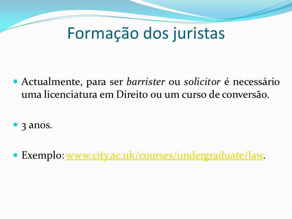 Formação dos juristas Actualmente, para ser barrister ou solicitor é necessário uma licenciatura em Direito ou um curso de conversão.