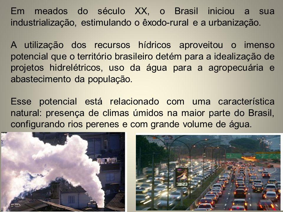 Em meados do século XX, o Brasil iniciou a sua industrialização, estimulando o êxodo-rural e a urbanização.
