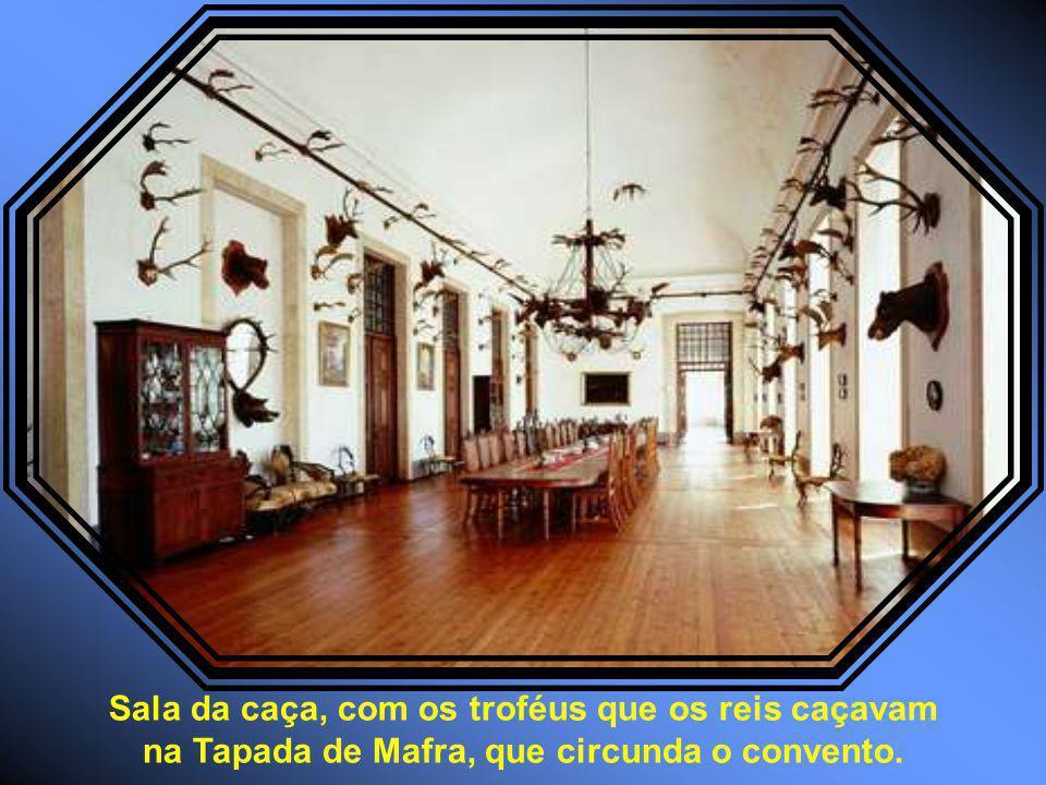 Sala da caça, com os troféus que os reis caçavam na Tapada de Mafra, que circunda o convento.