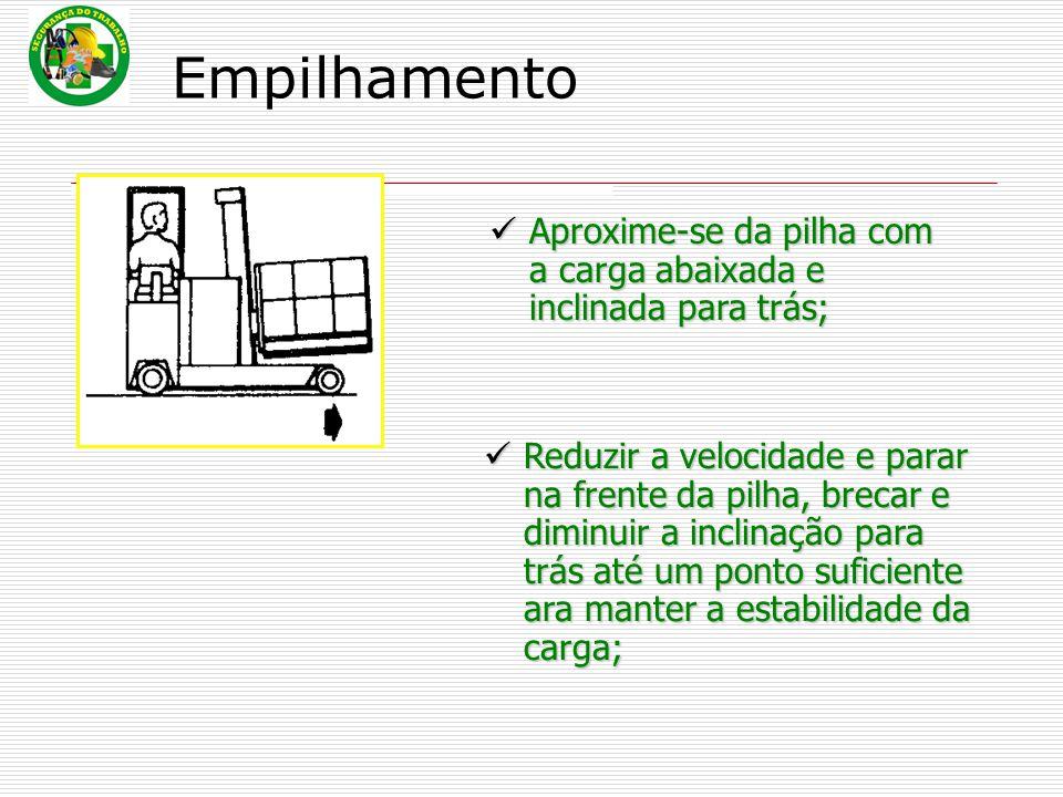 Empilhamento Aproxime-se da pilha com a carga abaixada e inclinada para trás;