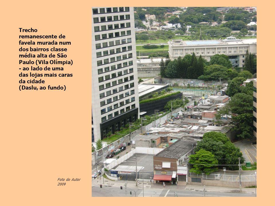 Trecho remanescente de favela murada num dos bairros classe média alta de São Paulo (Vila Olímpia) - ao lado de uma das lojas mais caras da cidade