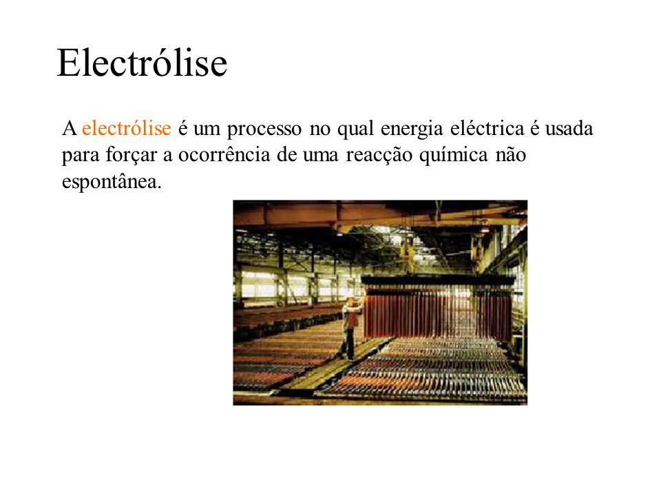 ElectróliseA electrólise é um processo no qual energia eléctrica é usada para forçar a ocorrência de uma reacção química não espontânea.