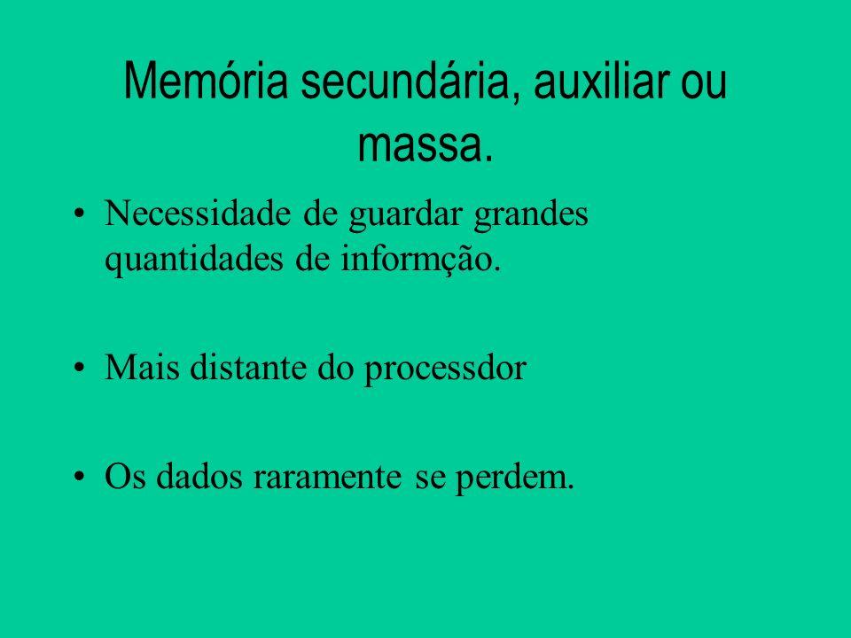 Memória secundária, auxiliar ou massa.