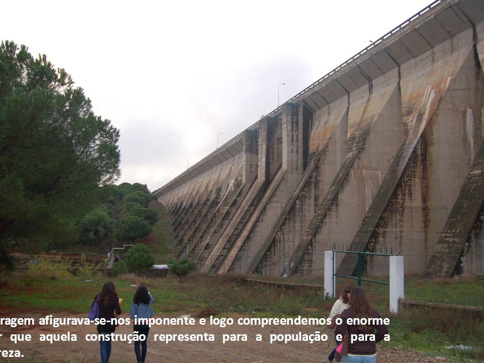 A barragem afigurava-se-nos imponente e logo compreendemos o enorme poder que aquela construção representa para a população e para a Natureza.