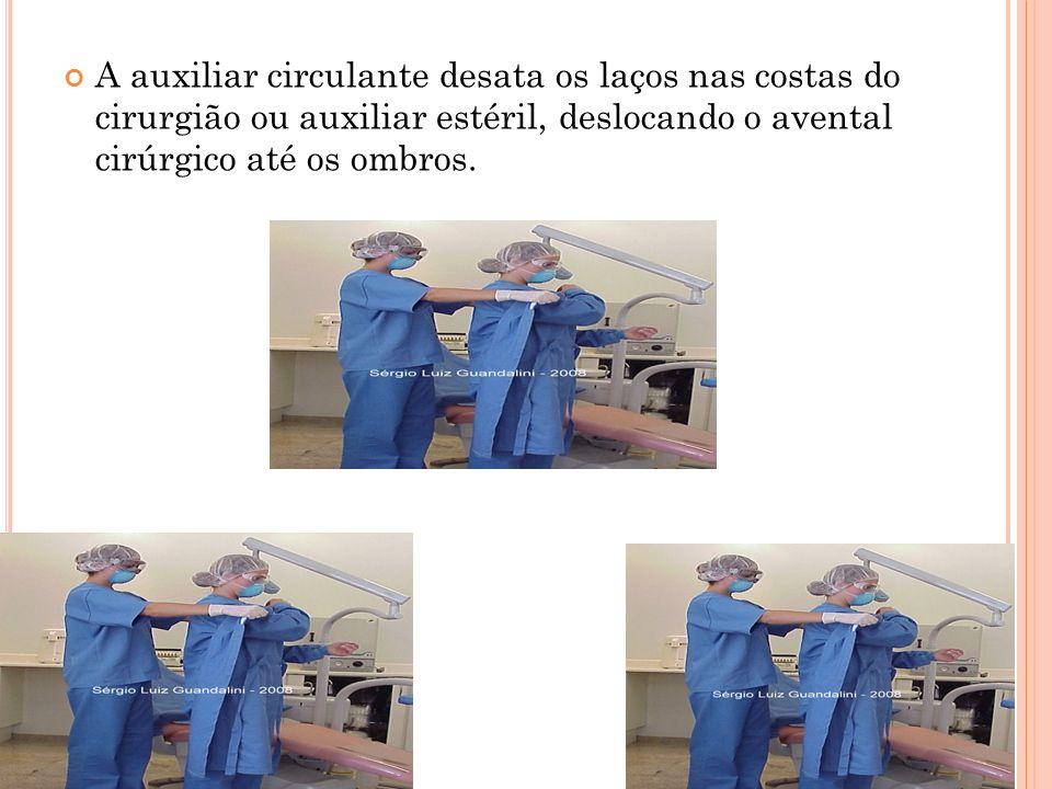 A auxiliar circulante desata os laços nas costas do cirurgião ou auxiliar estéril, deslocando o avental cirúrgico até os ombros.