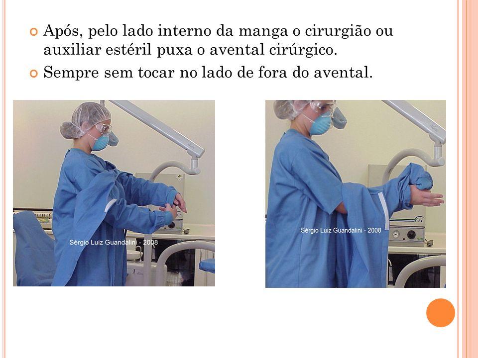 Após, pelo lado interno da manga o cirurgião ou auxiliar estéril puxa o avental cirúrgico.