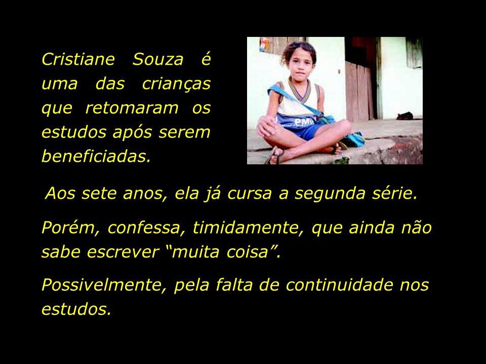 Cristiane Souza é uma das crianças que retomaram os estudos após serem beneficiadas.