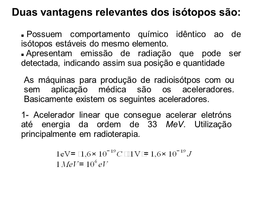Duas vantagens relevantes dos isótopos são: