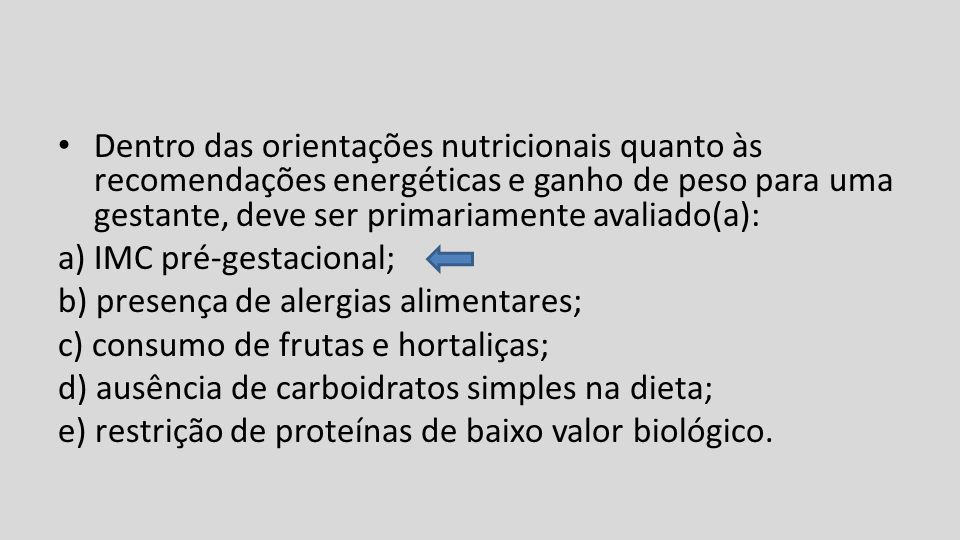 Dentro das orientações nutricionais quanto às recomendações energéticas e ganho de peso para uma gestante, deve ser primariamente avaliado(a):