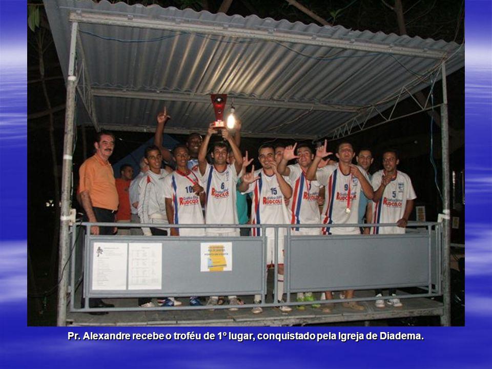 Pr. Alexandre recebe o troféu de 1º lugar, conquistado pela Igreja de Diadema.