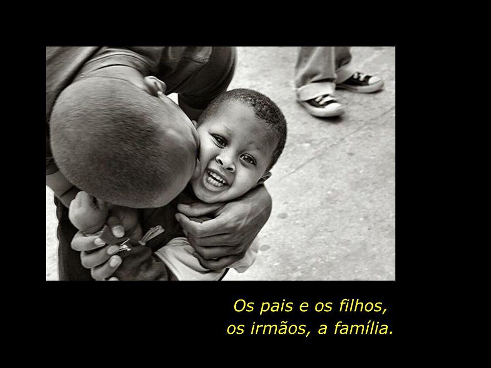 Os pais e os filhos, os irmãos, a família.