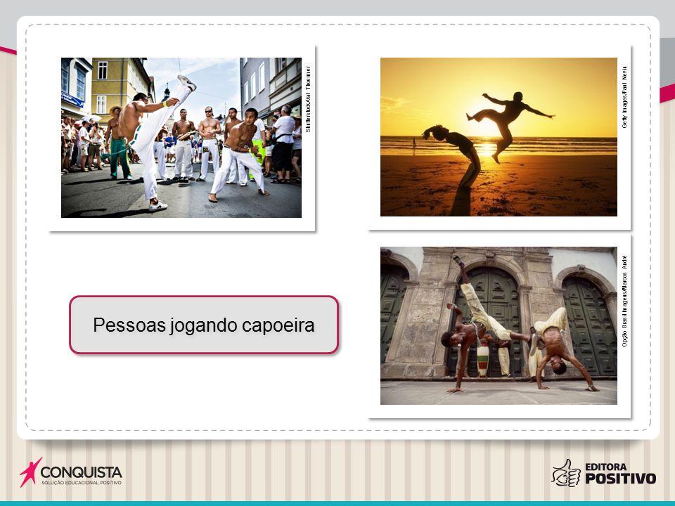 Pessoas jogando capoeira
